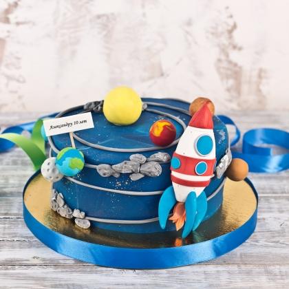 Торт с ракетой и планетами