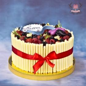 Торт с шоколадными сигарами и ягодами