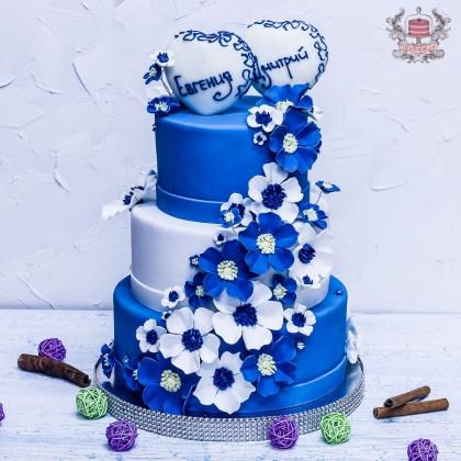 Бело-синий свадебный торт с именами