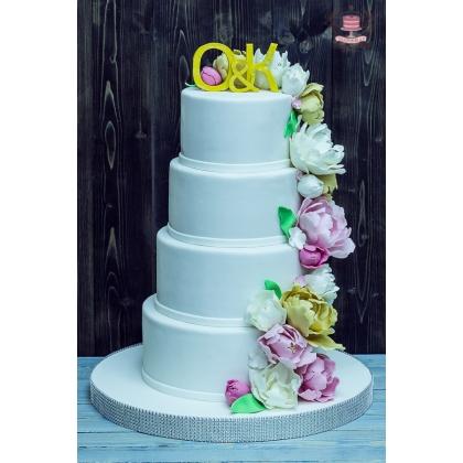 Свадебный торт четыре яруса с пионами и инициалами